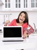 Attraktive junge Frau mit Geschenkkästen lizenzfreie stockbilder