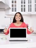 Attraktive junge Frau mit Geschenkkästen Lizenzfreie Stockfotos