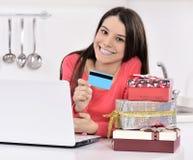 Attraktive junge Frau mit Geschenkkästen stockbild