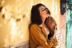 Attraktive junge Frau mit Hutstellung entspannt stockbilder