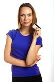 Attraktive junge Frau mit Kreditkarte Lizenzfreie Stockfotos