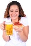 Attraktive junge Frau mit Nahrung und Getränk Stockfotos