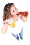 Attraktive junge Frau mit Nahrung und Getränk Stockfoto