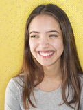 Attraktive junge Frau mit natürlichem toothy Lächeln lizenzfreies stockbild