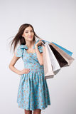 Attraktive junge Frau mit Paketen von gekauft Stockfotos