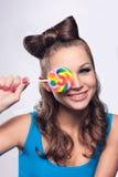 Attraktive junge Frau mit Süßigkeit Stockbild
