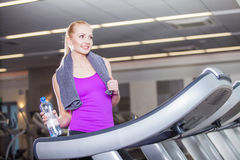 Attraktive junge Frau nachdem dem Laufen auf einer Tretmühle Stockbilder