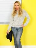Attraktive junge Frau tragende Jeans und ein Pullover Lizenzfreies Stockfoto