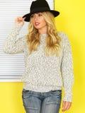 Attraktive junge Frau tragende Jeans und ein Pullover Stockfotografie