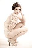 Attraktive junge Frau tragende Perlen und Nightwea Stockfoto