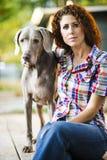 Frau und ihr Hund lizenzfreies stockbild