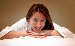 Attraktive junge Frau ungefähr zum Haben eine Massage stockfoto