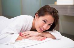 Attraktive junge Frau ungefähr zum Haben eine Massage lizenzfreie stockfotos