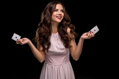 Attraktive junge Frau, welche die gewinnende Kombination von Pokerkarten hält Lizenzfreie Stockbilder