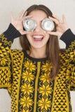 Attraktive junge Frau, welche die Spaßwiederverwertung hat lizenzfreie stockbilder