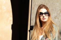 Attraktive junge Frauen, die Gläser tragen Stockfotografie