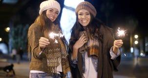 Attraktive junge Frauen, die Spaß am Weihnachten haben Lizenzfreies Stockbild