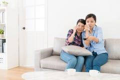 Attraktive junge Freundinnen, die fernsehen lizenzfreies stockbild