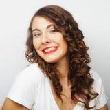 Attraktive junge gelockte blonde Frau Lizenzfreies Stockfoto