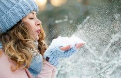 Attraktive junge gelockte Frau in der Winterzeit im Freien lizenzfreie stockfotografie