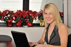 Attraktive junge Geschäftsfrau Lizenzfreies Stockfoto