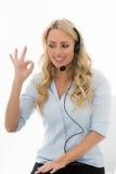 Attraktive junge Geschäftsfrau, die einen Telefon-Kopfhörer verwendet Stockfotografie