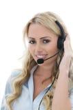 Attraktive junge Geschäftsfrau, die einen Telefon-Kopfhörer verwendet Stockbilder