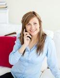 Attraktive junge Geschäftsfrau, die am Telefon spricht Stockbild