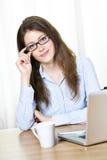 Attraktive junge Geschäftsfrau mit Gläsern Lizenzfreie Stockfotografie