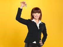 Attraktive, junge Geschäftsfrauholding-Haustasten Stockfotografie