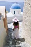 Attraktive junge griechische Frau auf den Straßen von Oia, Santorini Stockfotos