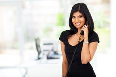 Indisches Geschäftsfrautelefon lizenzfreie stockfotos