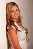 Attraktive junge kaukasische blonde Frau Lizenzfreies Stockfoto