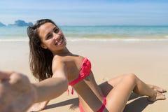 Attraktive junge kaukasische Frau im Badeanzug, der auf Strand, Mädchen nimmt Selfie-Foto blauen Meerwasser-Urlaub sitzt Stockfoto