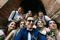 Attraktive junge Leute im Hochzeitstag Stockfotografie