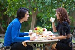 Attraktive junge Paare auf Datum Lizenzfreies Stockfoto