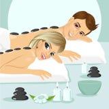 Attraktive junge Paare auf einem Badekurort Stockfoto