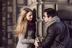 Attraktive junge Paare in der Liebe Stockfotos