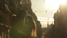 Attraktive junge Paare in der Liebe, die weich auf Sonnenuntergang küsst Straßen der europäischen Stadt am Wintermorgen auf Hinte stock video