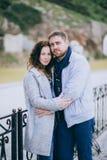 Attraktive junge Paare, die auf der Straße umarmen Lizenzfreie Stockbilder