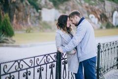 Attraktive junge Paare, die auf der Straße umarmen Lizenzfreies Stockfoto