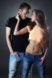 Attraktive junge Paare, die in der zufälligen Kleidung aufwerfen Stockbilder