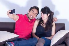 Attraktive junge Paare, die ein selfie nehmen Stockbilder