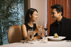 Attraktive junge Paare, die an einander lächeln Stockbilder