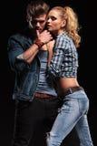 Attraktive junge Paare, die für die Kamera aufwerfen Stockbilder
