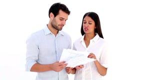 Attraktive junge Paare, die Finanzen ausarbeiten stock footage