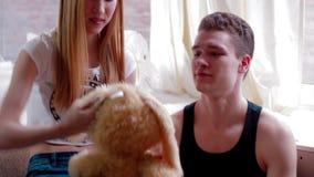 Attraktive junge Paare, die nahe Fenster setzen stock video
