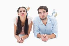 Attraktive junge Paare, die oben schauen Lizenzfreies Stockfoto