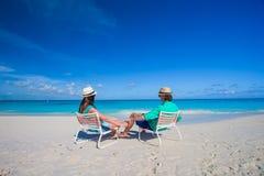 Attraktive junge Paare, die Sommerferien auf tropischem Strand genießen Lizenzfreie Stockfotografie