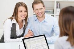 Attraktive junge Paare in einer Sitzung lizenzfreies stockfoto
